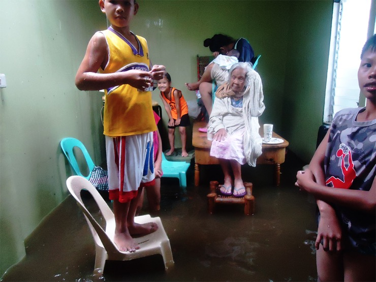 Kids-in-flooded-livingroom_S